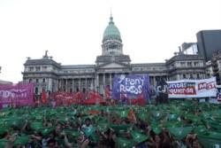 En el Congreso y en distintos puntos del país, decenas de manifestantes pidieron que se apruebe el aborto legal, seguro y gratuito.