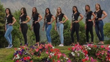 Bellezas. Posaron las chicas que serán figuras centrales en la Fiesta del Lúpulo en la cordillera.