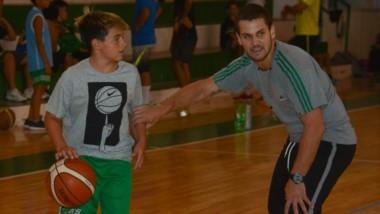 La pasión es más fuerte. Además de jugar en la Primera, Facundo es entrenador y coordinador del club.