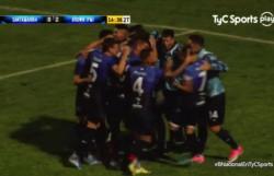 El uruguayo Rauhofer es el centro de los abrazos, tras la conversión del segundo gol.