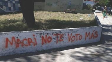 Símbolo. Un paredón en una playa argentina. Los arrepentidos, un problema para Macri, cuya reelección está cada vez más en duda.