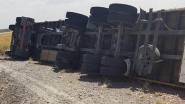 Acostado. Así quedó el camión cuyos ocupantes, por fortuna, no sufrieron lesiones de consideración.