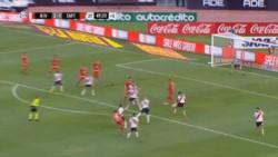 En el cierre de River-San Martín de Tucumán, Oliver Benítez remató al arco y la pelota dio en el brazo derecho de Robert Rojas. ¿Delfino? siga... siga.