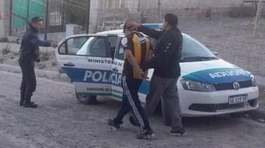 Atrapado. Momentos en que el joven era llevado al patrullero que lo llevaría al Instituto Penitenciario.