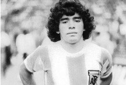 Un día como hoy, pero de 1977, Maradona se puso por primera vez la camiseta de la Selección Argentina en un amistoso 5-1 contra Hungría.