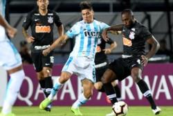 Corinthians sufrió pero eliminó a Racing que prioriza la Superliga Argentina.