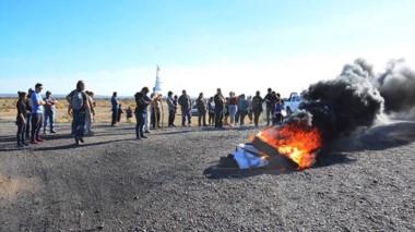 Queja. Una importante cantidad de vecinos llegaron con carteles, maquinaria y gomas para quemar a un costado de la Ruta Nacional 25.