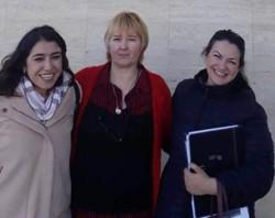 Alivio. Berta (medio) junto con sus abogadas a la salida del Juzgado Federal de Rawson, por el caso de su hija.