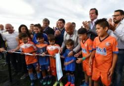 El corte de cintas con los chicos como principales actores junto a autoridades del club, municipio y gobierno provincial.
