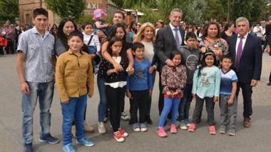 Vecinos. Habitantes de Gobernador Costa posaron con el mandatario durante el aniversario del pueblo.