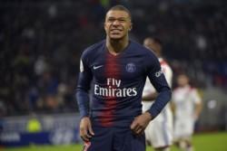 PSG sin invicto. Aunque se puso en ventaja con un gol de Di María, el líder absoluto perdió en su visita al Lyon.