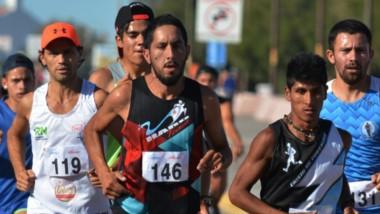 El trelewense Matías Vivas ganó con comodidad en la 20ª edición de la Corrida de la Bahía en Playa Unión.