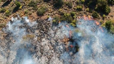 El incendio en Epuyén se reavivó sobre el flanco derecho. Ayer se sumaron refuerzos de los brigadistas.