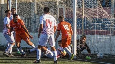 Momento clave. Diego Flamenco conquista el 2-2 ante Huracán. Posteriormente, J.J. Moreno conseguiría la victoria por 4-2 el sábado.