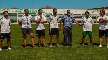 Walter Dencor posa junto a Jorge Durán, presidente de Germinal, y  al equipo de trabajo que lo acompañará en esta nueva etapa.