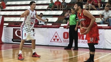 Lucas Villanueva, con el balón, busca pase ante la marcación de Leandro Cecchi, una de las figuras de Ferro.