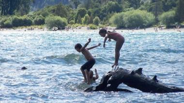 La Playita, en el lago Puelo, es el punto de encuentro para los vistantes más jóvenes de la comarca.