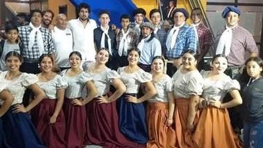 """Yoel Hernández y  el Ballet """"Santiago Ayala"""" de El Maitén, compartieron escenario en Cosquín durante la interpretación de """"Allá va La Trochita Viejo Expreso Patagónico""""."""