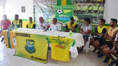 Carlos Proboste es acompañado por, entre otros, el DT Isaías Aberasturi, el vicepresidente Matías Chingoleo y el coordinador Martín Romero.