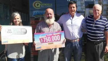 Autoridades de Lotería junto a los afortunados vecinos de la capital.