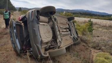 Por razones que se tratan de establecer, la camioneta perdió el control en la ruta y dio varios tumbos.
