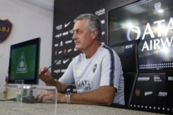 Alfaro sigue elogiando a Tevez en conferencia, luego de contar que lo saca del equipo para que juegue Zárate.
