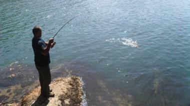 Aldo Velázquez pescando en la cuenca del río Palena (Chile).