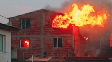 Las llamas destruyeron gran parte de la vivienda luego del descuido de sus moradores.
