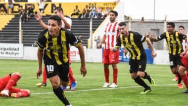 En un reñido encuentro, Deportivo Madryn encontró ayer la victoria en la última jugada y lidera la Zona A.
