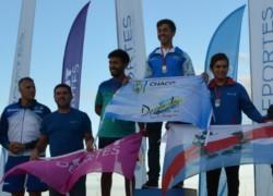 El triatlonista Facundo Arce (2do) con la bandera de Chubut Deportes en el podio.