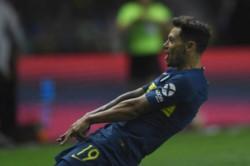 Mauro Zárate abrió el camino de la goleada. Boca no le pierde pisada a la Academia.