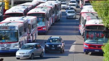 Inmóviles. Durante toda la mañana Trelew permaneció incomunicada por el paro del transporte urbano, que volvió recién en horas de la tarde.