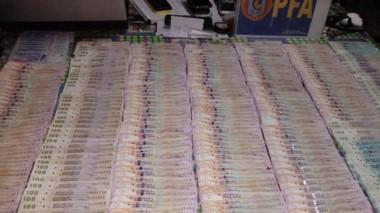En el domicilio allanado secuestraron cerca de 30.000 pesos, además de armas, celulares y la misma droga.