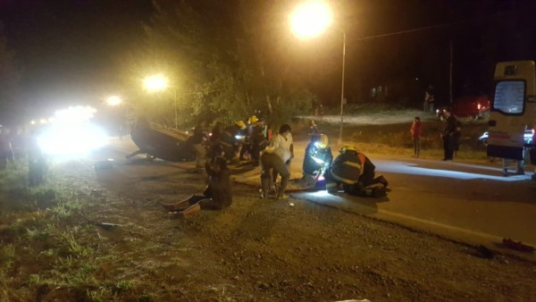 Bomberos, policía y médicos trabajaron en el lugar del accidente (foto Darío Ponce)