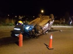 El vehículo quedó volcado sobre la cinta asfáltica (foto Darío Ponce)