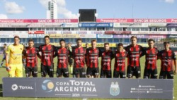 El Docke llegó al empate en el último minuto, pero falló cuatro penales en la definición: cayó 2-1 en la serie contra Patronato.