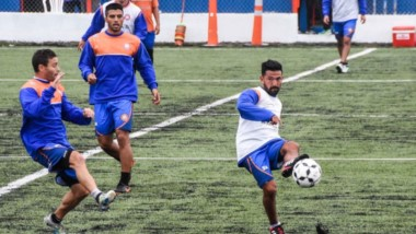 """El plantel del """"Naranja"""" realizó ejercicios tácticos ayer por la tarde en el predio del club. Si el clima lo permite, hoy se hará la práctica de fútbol."""