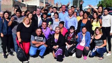 Arcioni y Sastre en una de las recorridas realizadas el martes por los barrios de Comodoro Rivadavia.