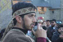 Fausto Jones Huala, hermano del creador de Resistencia Ancestral Mapuche (RAM) Facundo Jones Huala, se entregó en el juzgado federal de Bariloche.