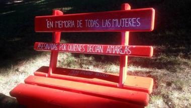 El banco  rojo ya está instalado en la Plaza General San Martín.