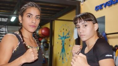 Jessica Leiva junto a Aixa Adema, de Santa Rosa, La Pampa. Protagonizarán la pelea femenina de semifondo en la velada boxística de esta noche.