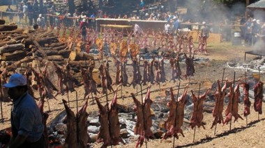 300 corderos y 30 novillos se asarán este fin de semana en Cholila.