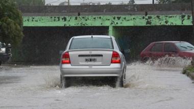 Acuático. Uno de los vehículos que debió transitar como pudo por una de las zonas tradicionalmente críticas de Trelew. debido a la lluvia.
