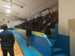 Desde las 7 de la mañana la gente se acercó al gimnasio para realizar su trámite (foto @loreleeming)