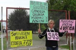 Ariana González expuso su caso ayer en la puerta de la Supervisión Escolar.