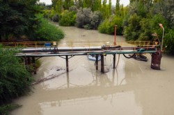 A cuidar el agua. La turbiedad del río se notaba ayer en la toma de la planta potabilizadora de Trelew.