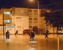Agua. Hubo vecinos que ayudaron a la tarea municipal para que el agua de las calles escurran rápidamente.