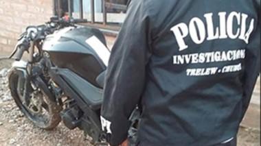 Operativo. Momentos en que la Policía encontraba la moto buscada.