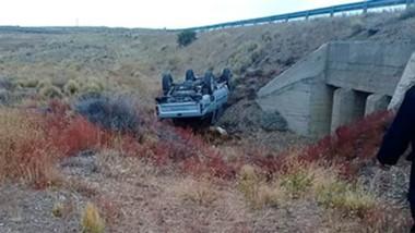 La camioneta quedó tumbada a un costado de la ruta y cayó por un barranco de casi cuatro metros.