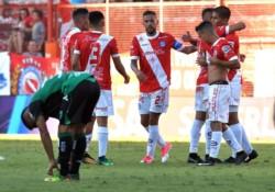 Argentinos Juniors venció a San Martín de San Juan en un duelo clave por el descenso.